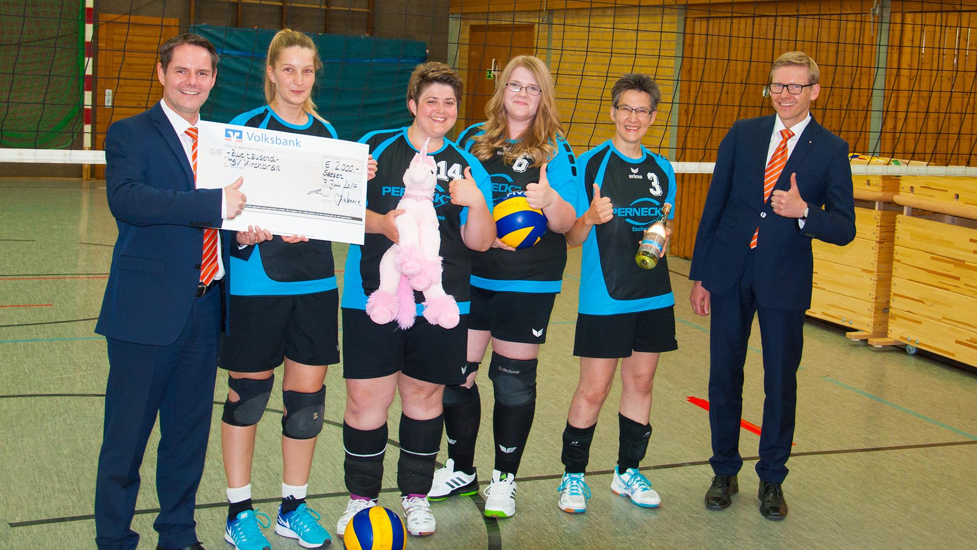 Die Gewinner: Der TSV Kirchbrak e.V. vertreten von den Volleyballerinnen. Gewinnübergabe von Vorstandsmitglied Dr. Jörg Hahne und Bereichsleiter Jan Hausmann