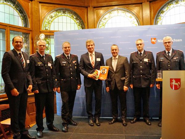 """Verleihung der Förderplakette """"Partner der Feuerwehr"""" 2017 in Hannover verliehen"""